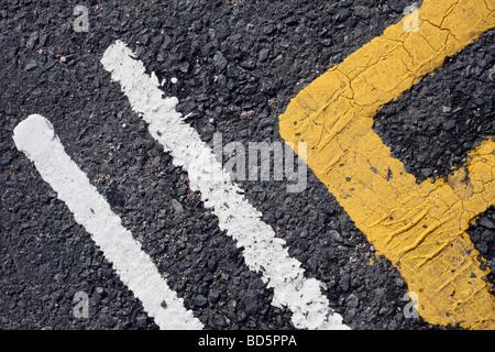 Nahaufnahme der Straßenmarkierung - Farbe und Asphalt - Stockfoto