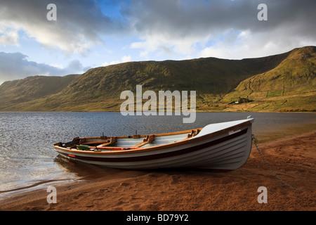 Ruderboot zum Angeln verwendet vertäut am Ufer von einem irischen See in der Region Galway-Mayo, Irland - Stockfoto