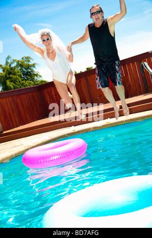 Braut und Bräutigam im Schwimmbad - Stockfoto