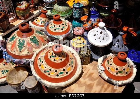 Marokkanische Tajine zum Verkauf auf Stall, Medina, Marokko, Tanger, Tanger-Tétouan Region kochen Terrakotta - Stockfoto