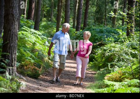 älteres paar Wandern Wald unterwegs - Stockfoto