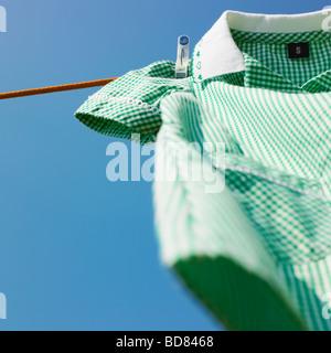 Schule Kleid auf der Wäscheleine. - Stockfoto