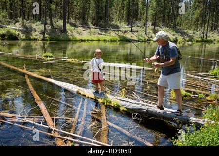 Großvater lehrt junge Enkel Fliegenfischen in den Kaskaden in der Nähe von Bend, Oregon - Stockfoto