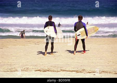 Zwei Surf-Freunden zu Fuß zum Meer am Bondi beach - Stockfoto