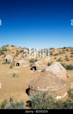 Kasachischen Jurten (traditionelle Filzzelten) in Kyzyl Kum Wüste in Usbekistan. - Stockfoto