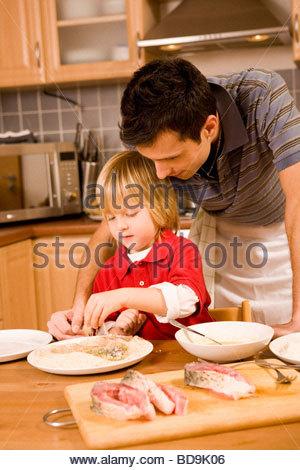 Weihnachtsessen Zum Vorbereiten.Vater Und Sohn Weihnachtsessen Karpfen Vorbereiten Stockfoto Bild