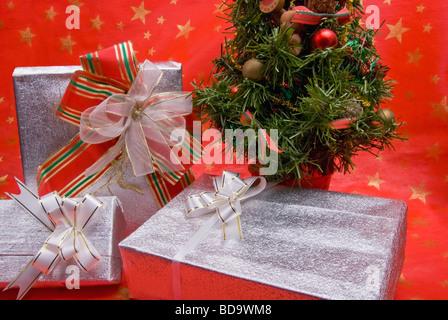 lila weihnachtsgeschenke und silber auf kunstschnee mit. Black Bedroom Furniture Sets. Home Design Ideas