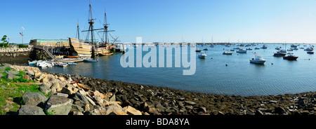 Mayflower II angedockt in der Bucht von Plymouth, MA - Stockfoto