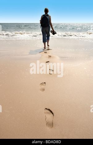 Fußspuren im Sand am Strand von Tenby Wales UK - Stockfoto