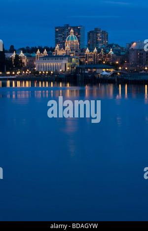 Innenhafen und Parlamentsgebäude in der Dämmerung - Victoria, BC, Kanada. Textfreiraum auf der Unterseite - Stockfoto