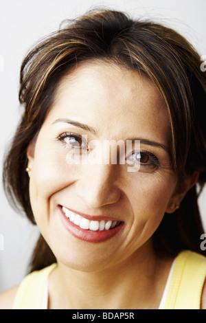 Porträt einer Mitte erwachsenen Frau lächelnd - Stockfoto