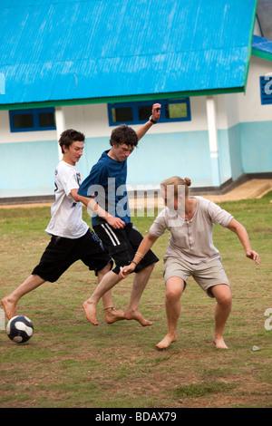 Indonesien Sulawesi Buton Labundo Bundo Betrieb Wallacea Freiwilligen auf Schule Platz Fußball spielen - Stockfoto