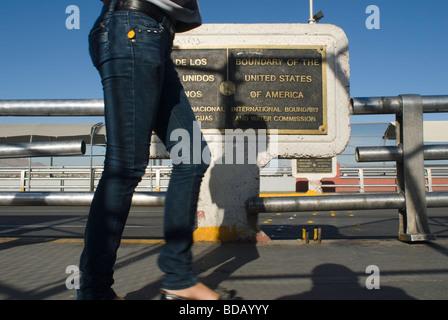 Eine Frau kommt auf der Santa Fe-Brücke durch die Plaques kennzeichnen die genaue Grenze zwischen den Vereinigten - Stockfoto