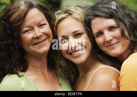 Porträt von zwei Reife Frauen Lächeln mit einer jungen Frau - Stockfoto