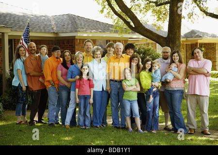 Porträt einer Familie stehen gemeinsam vor einem Haus - Stockfoto