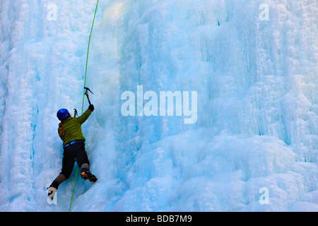 Eiskletterer auf den Upper Falls des Johnston Creek im Winter Johnston Canyon Banff Nationalpark kanadischen Rocky - Stockfoto