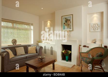 Nischen Auf Beiden Seiten Des Kamins In Modernen Creme Wohnzimmer Mit Grauen Sofa Und Holz Couchtisch