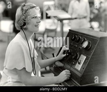 Frau Audio Betriebseinrichtungen in Marineblau - Stockfoto