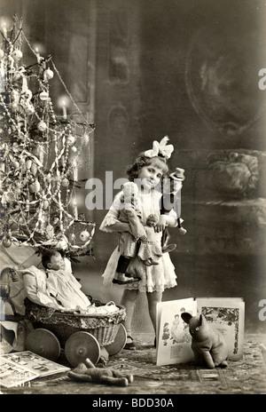 Little Rich Girl Showing Off Weihnachten präsentiert - Stockfoto