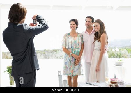 Eine Aufnahme der Braut mit ihren Eltern bei einer Hochzeit Bräutigam - Stockfoto