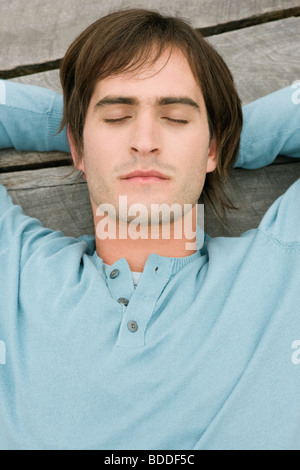 Man ruht auf einem Holzsteg - Stockfoto