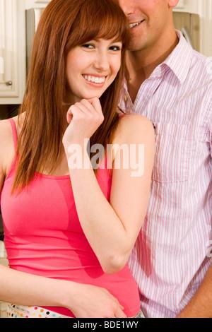 Mann Frau zusammen in der Küche stand. - Stockfoto