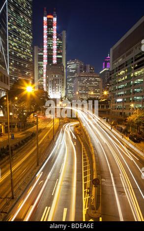 High-Rise Gebäude und Auto Strecken in der Nacht im Central District, Chung Wan, Hong Kong, China.