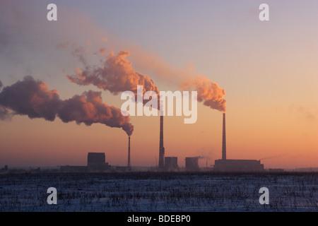Der Rauch geht aus den Rohren in einem Blick auf die Sonne - Stockfoto