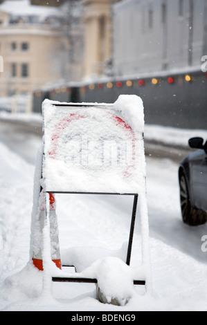 Temporäre 20 km/h Höchstgeschwindigkeit Zeichen, Schneefall, London, England, UK, Europa - Stockfoto