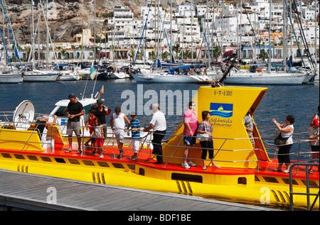 Touristen-u-Boot in Puerto de Mogan auf Gran Canaria - Stockfoto