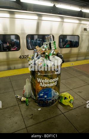 Ein Mülleimer überfüllt mit Bierdosen und Flaschen gesammelt von Metro North Auto-Reiniger ist in Grand Central - Stockfoto