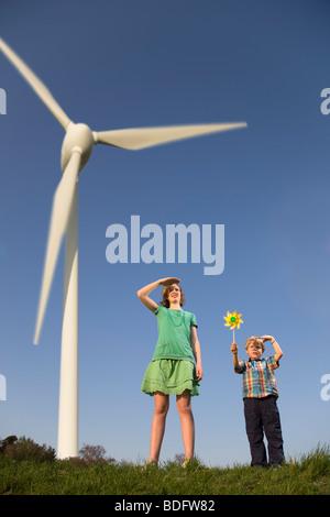 Mädchen und jungen an Windenergieanlagen - Stockfoto