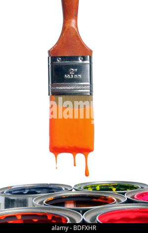 Pinsel tropft über offene Dosen isoliert auf weißem Hintergrund - Stockfoto