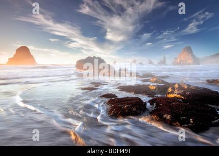Pazifikküste mit interessanten Wolken bei Sonnenuntergang. Samuel H. Boardman State Scenic Korridor. Oregon - Stockfoto