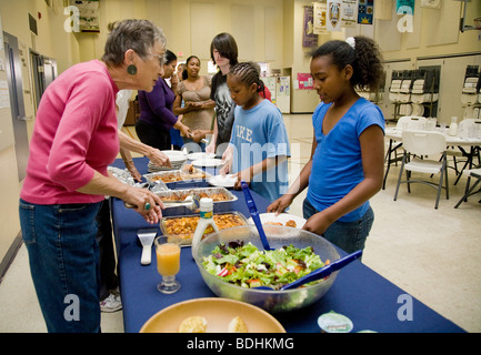 Selena Pina, eine Obdachlose Mutter von vier und ihre Kinder stehen Schlange, Abendessen, zubereitet von Freiwilligen - Stockfoto