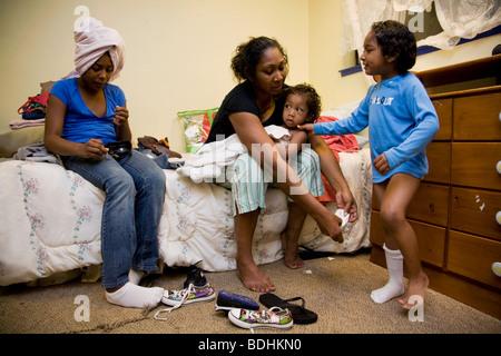 Selena Pina, Heimatlose Mutter von vier, bekommt ihre Kinder für die Schule an der Familie versprechen Center in - Stockfoto