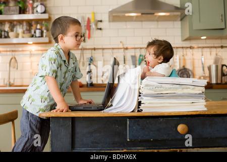 Junge & Babymädchen spielen Büroangestellte - Stockfoto