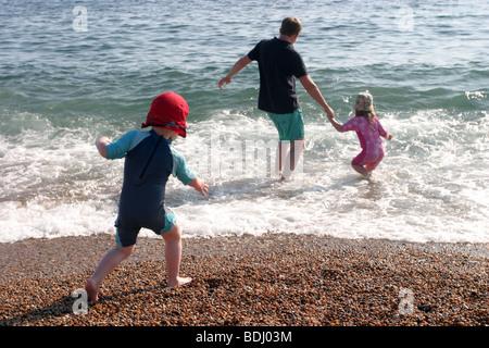 Vater mit seinen Kindern auf Chesil Beach - Stockfoto