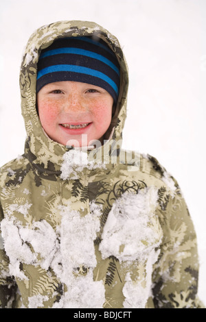 Kleiner Junge spielt im Schnee - Stockfoto