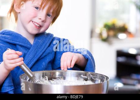 Kleiner Junge Backen - Stockfoto