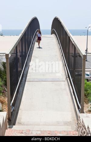 Ein Gehweg, der Überquerung der Autobahn zum Strand von Santa Monica in Los Angeles, Kalifornien, USA - Stockfoto