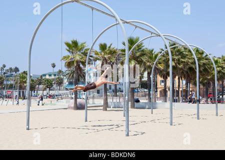Ein Mann auf die Übung Ringe am Muscle Beach, Santa Monica in Los Angeles, Kalifornien, USA - Stockfoto