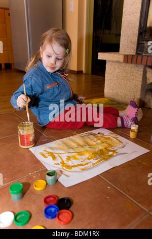 Drei Jahre alten Mädchen Malerei - Stockfoto