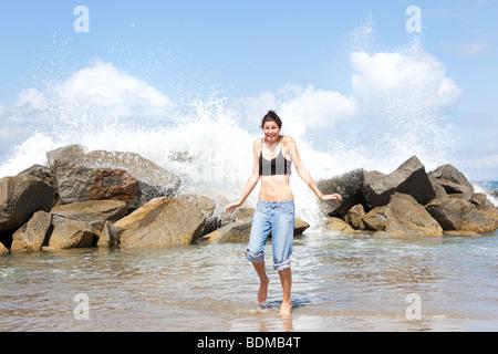 Eine junge Frau am Venice Beach, Los Angeles, Kalifornien, USA - Stockfoto