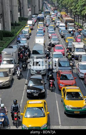 Motorradfahrer, Mopedfahrer und Autos im Verkehr Chaos, Ratchamnoen Klang Road, Bangkok, Thailand, Asien - Stockfoto