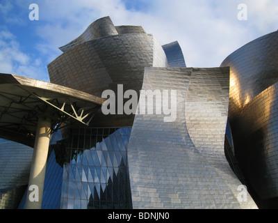 Das Guggenheim-Museum für moderne und zeitgenössische Kunst, entworfen von Frank Gehry in Bilbao, Baskenland, Spanien - Stockfoto