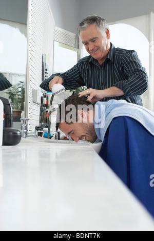 Barber waschen mans Kopf im Friseurladen - Stockfoto