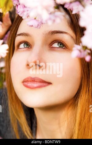 Aromatherapie-Konzept - schöne Frau, die Blumen riechen Stockfoto