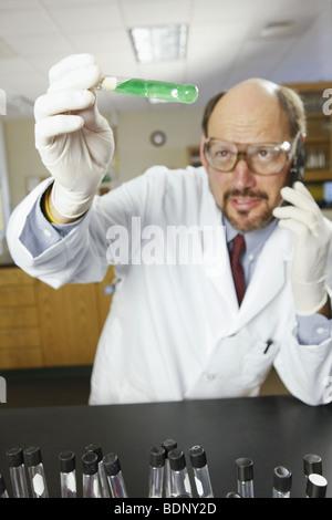 Wissenschaftler untersuchen eine Bakterien-Probe in ein Reagenzglas - Stockfoto