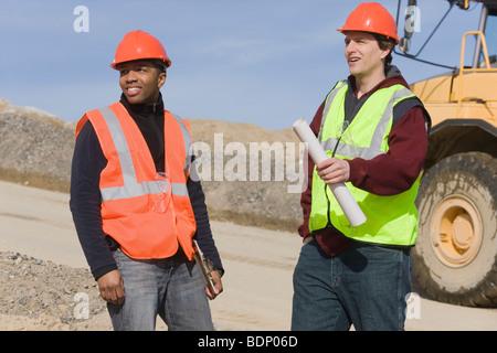 Zwei Ingenieure auf einer Baustelle - Stockfoto